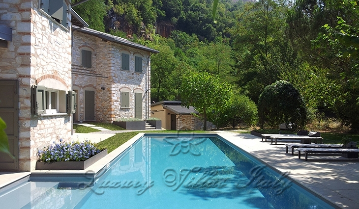 Farmhouse with pool in the hills: Outside view