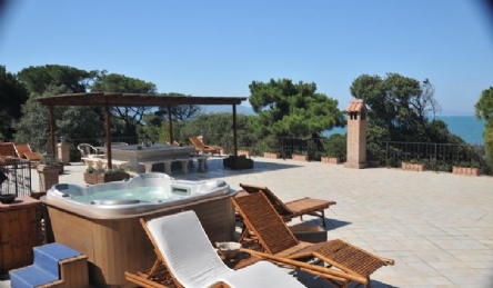 Villa on the sea with beach access: Outside view