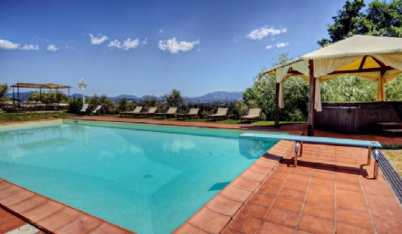 Tuscan farmhouse with panoramic pool: Outside view