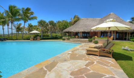 Luxury beachfront villa with pool: Outside view