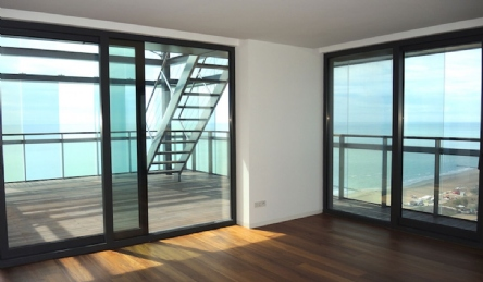 Sea front luxury penthouse with roof terrace: Outside view