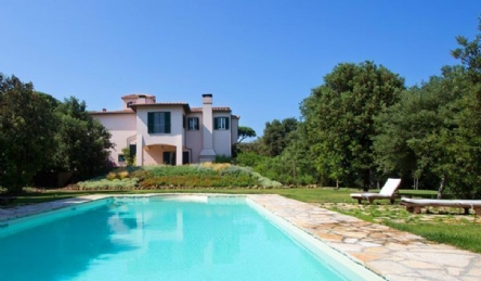 Luxury villa with private beach and swimming pool: Outside view