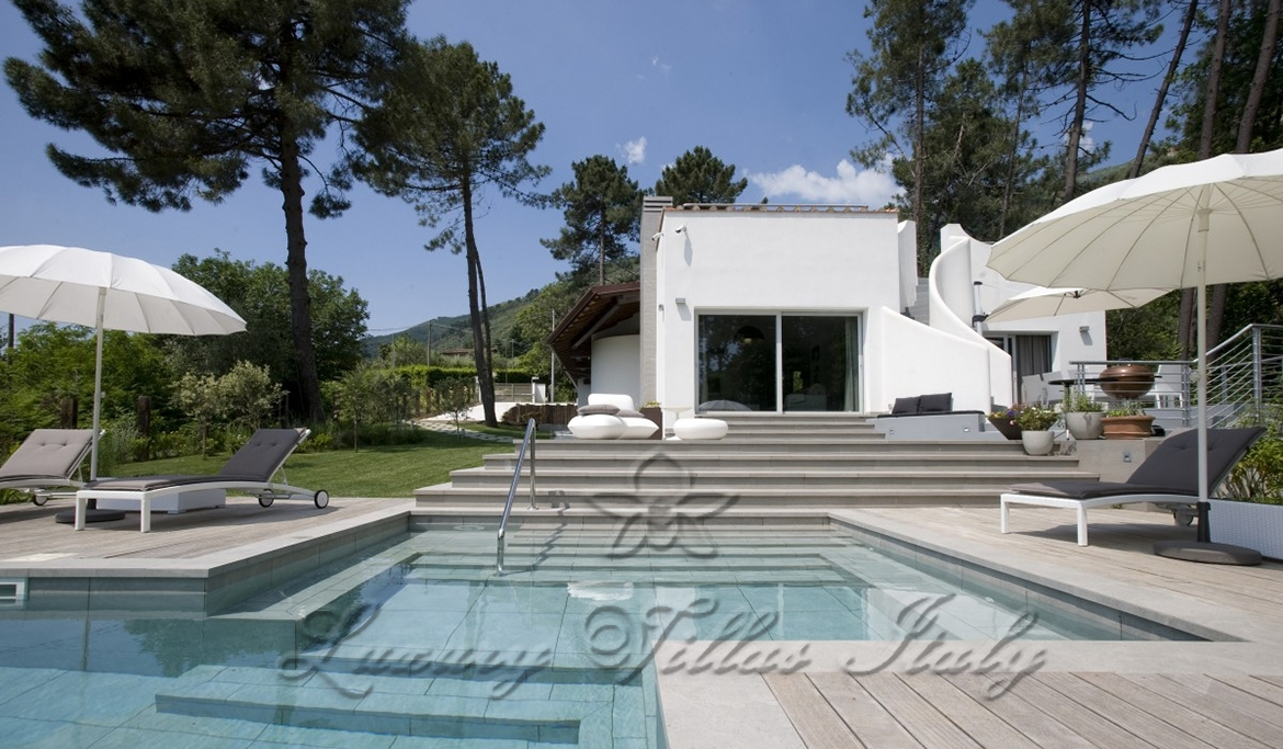 Modern farmhouse for sale on the hills with swimming pool: Swimming pool