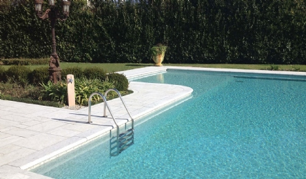 Villa with pool and large garden: Outside view