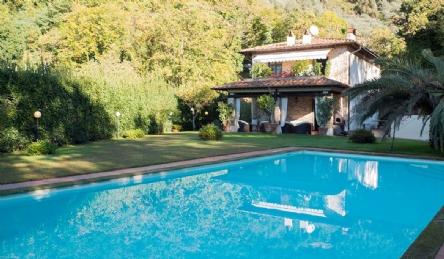 вилла в деревне Тосканы Камайоре: Наружный вид