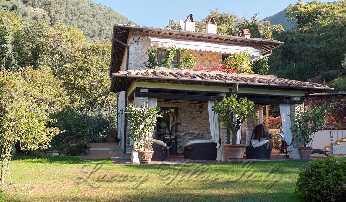 Beautiful villa for sale on the tuscan hills of Camaiore: Outside view