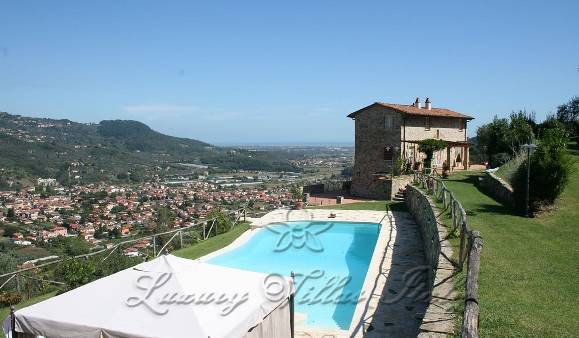 Panoramic villa for sale on the hills of Versilia: Outside view