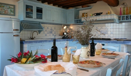 Panoramic villa for sale on the hills of Versilia: Living room