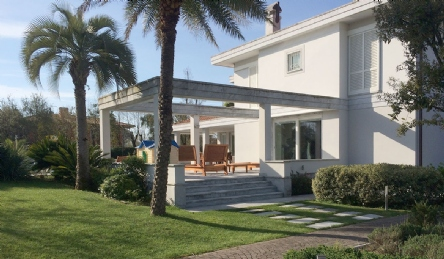 Exclusive villa with pool: Outside view