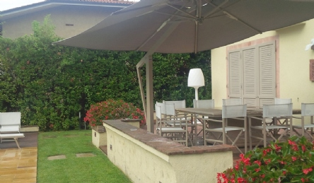 Villa moderna con piscina: Vista esterna