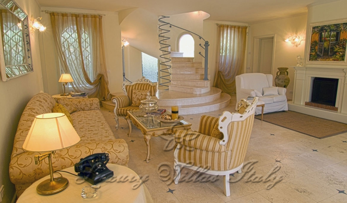 Exclusive luxury villa with pool for sale in Forte dei Marmi: Outside view