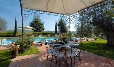 Elegant Tuscan farmhouse near Montepulciano with vineyards and olive grove: Double room