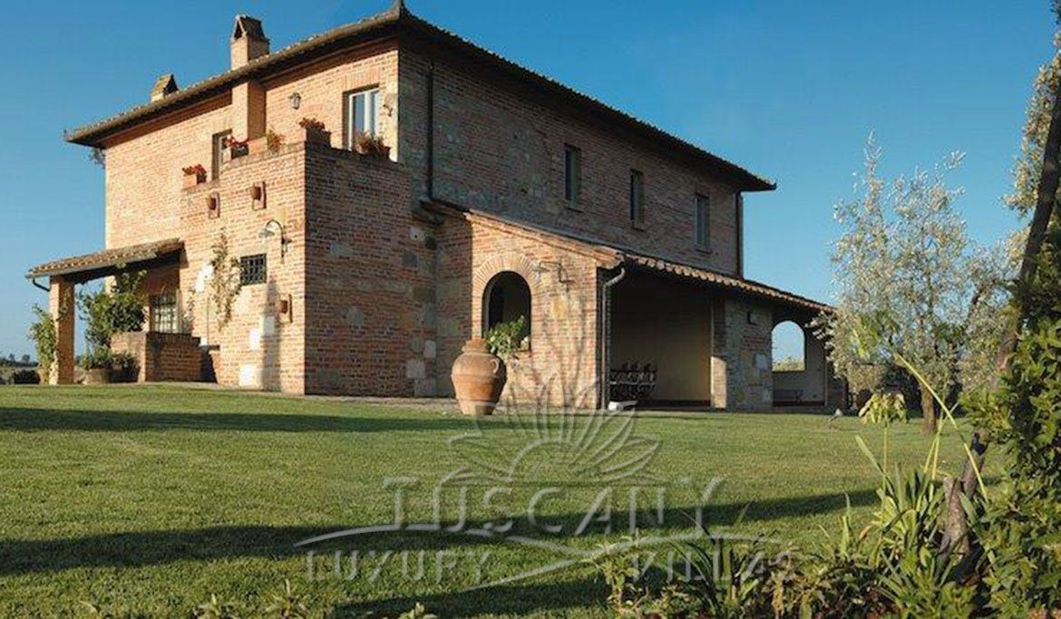 Elegant Tuscan farmhouse near Montepulciano with vineyards and olive grove: Outside view