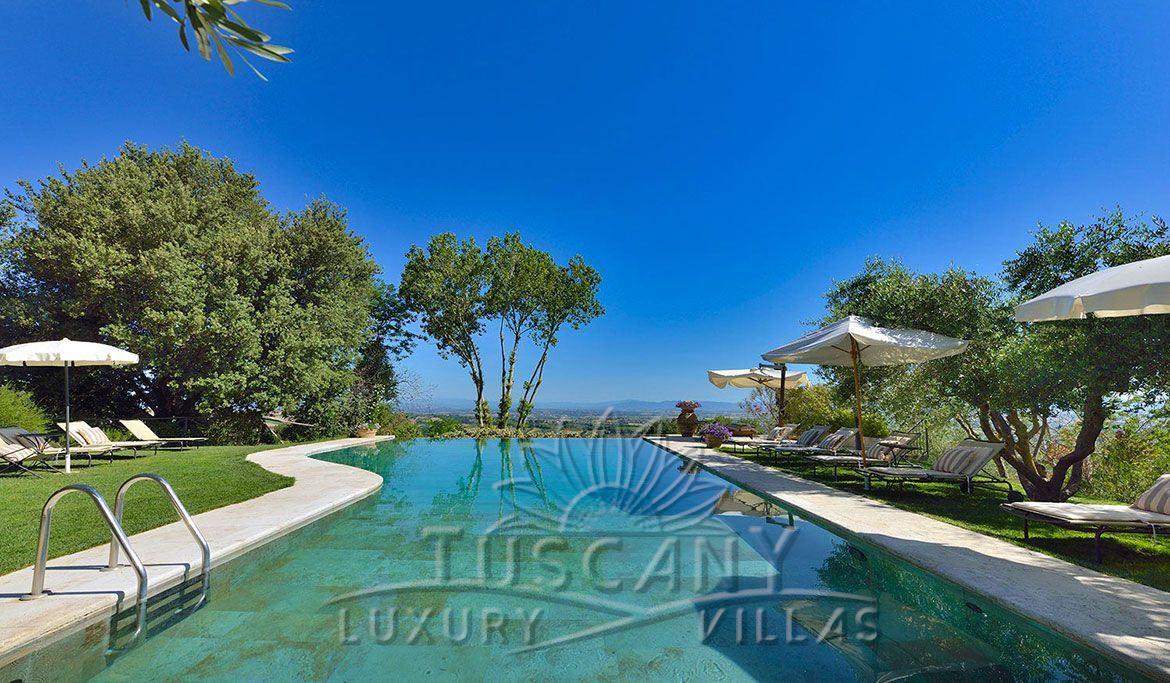 Luxury resort for sale near Montepulciano with stunning panoramic view : Outside view