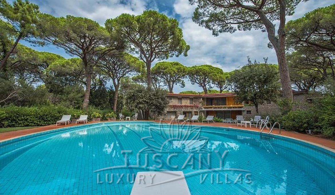 Wonderful luxury villa for sale in Castiglione della Pescaia with pool and park: Outside view