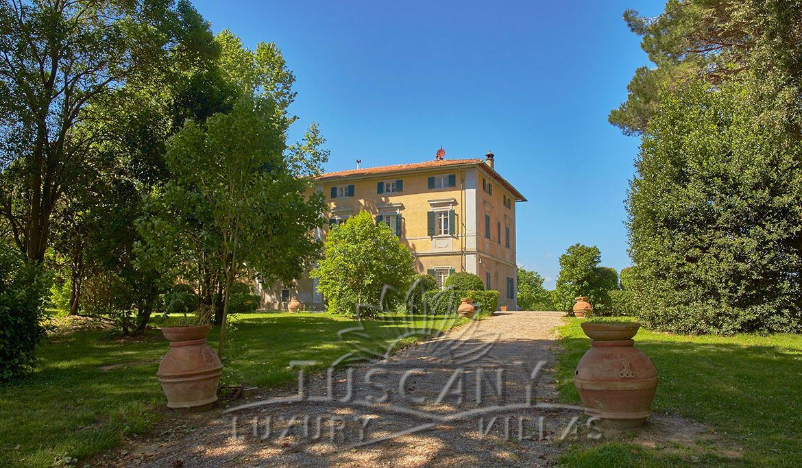 Tuscan farmhouse for sale near Pisa with vineyard, cellar and park: Outside view
