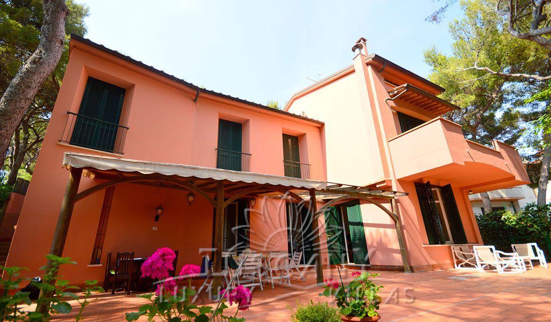 Panoramic villa for sale on the sea of Castiglioncello: Outside view
