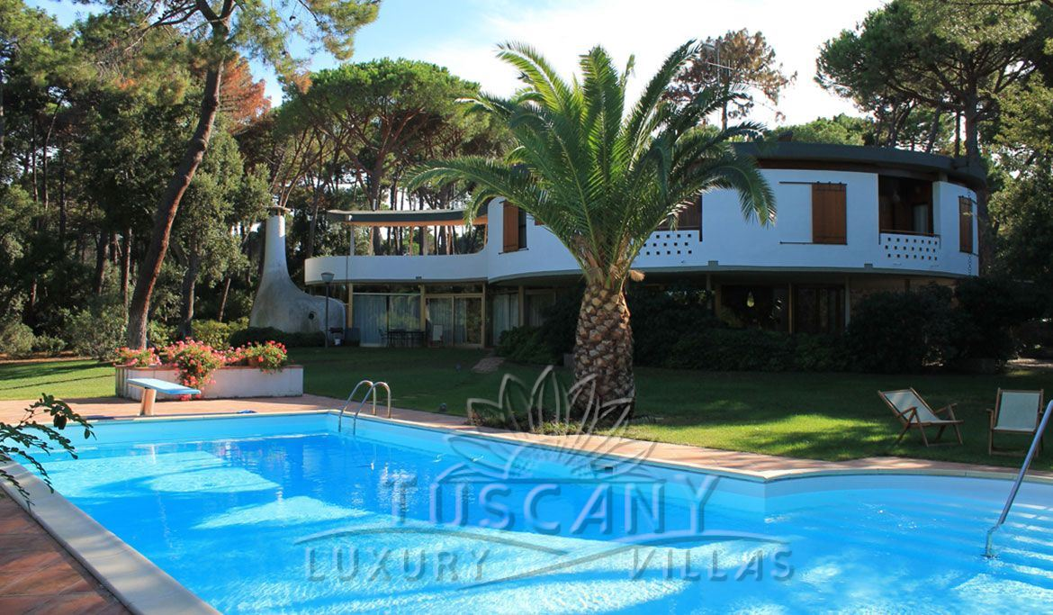Elegant luxury villa for sale in Punta Ala with pool and garden: Outside view