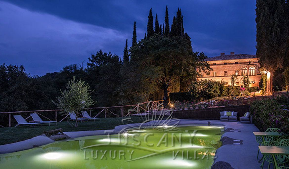Luxury villa for sale in the hills of Siena with pool: Outside view