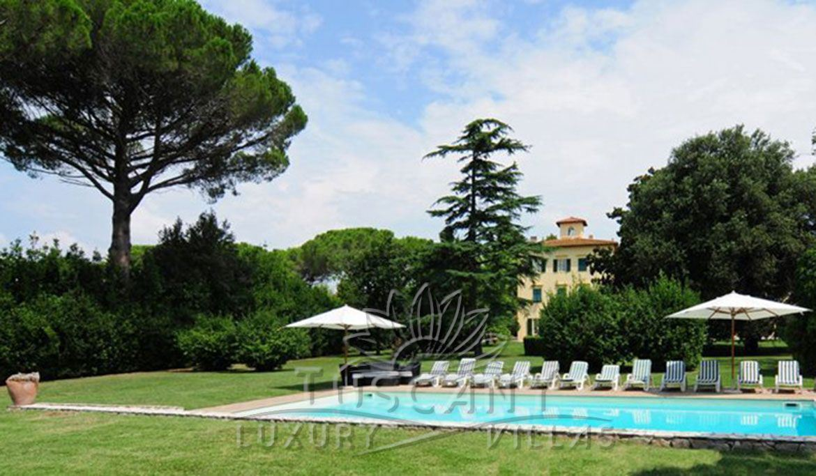 Historic luxury villa for sale in Pisa with pool: Outside view