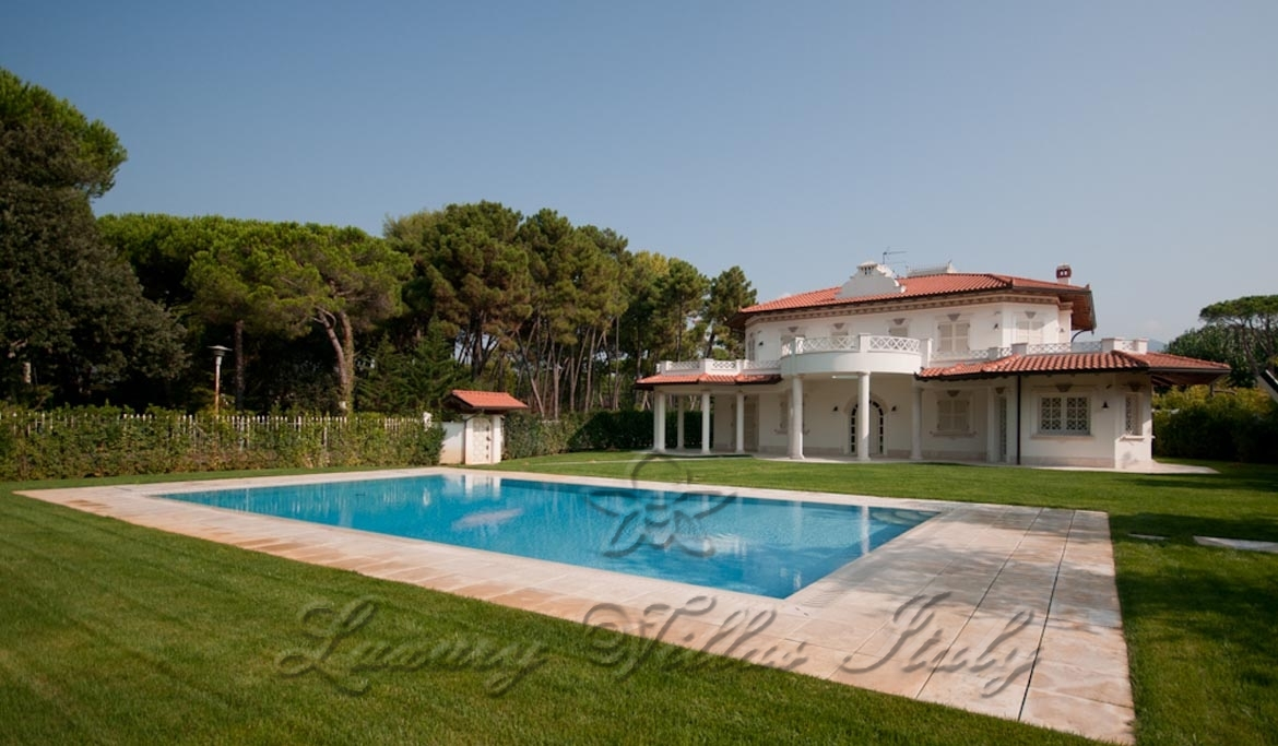 Villa with pool near the beach: Outside view