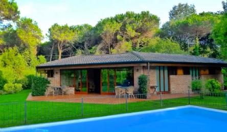Villa di design con piscina: Vista esterna