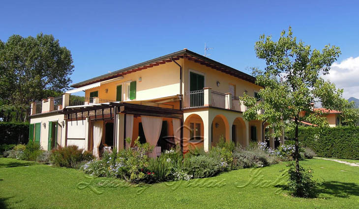 Elegant villa for sale in Forte dei Marmi near the beach and the sea: Outside view