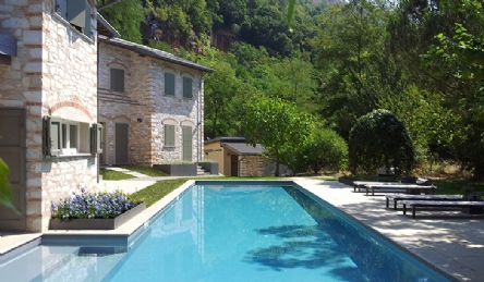 Luxury Tuscan-style farmhouse for sale on the hills of Forte dei Marmi