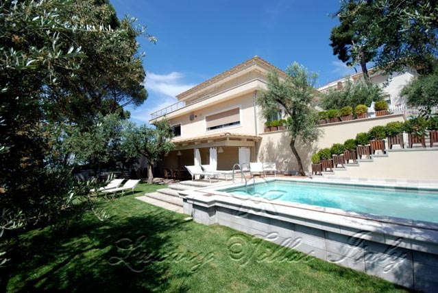 Luxury panoramic villa: Outside view