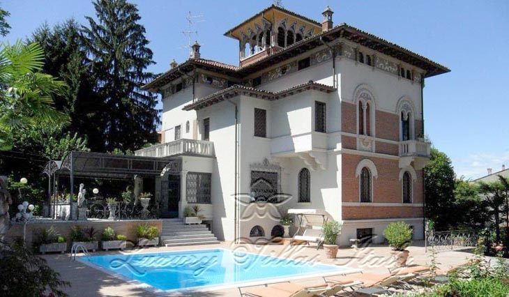 villa storica con torre vista lago: Vista esterna