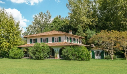 Luxury villa for sale in Forte dei Marmi surrounded by greenery: Outside view
