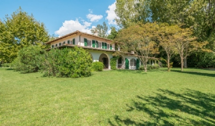 Luxury villa for sale in Forte dei Marmi surrounded by greenery