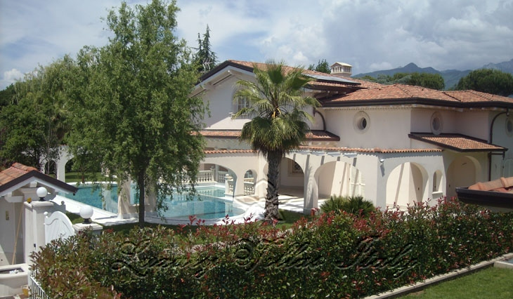 New villa for sale in Forte dei Marmi with swimming pool: Outside view