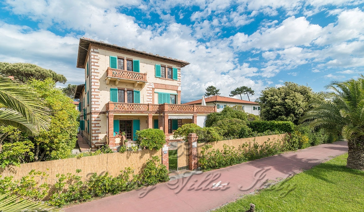 Historic seafront villa for sale in Forte dei Marmi: Outside view