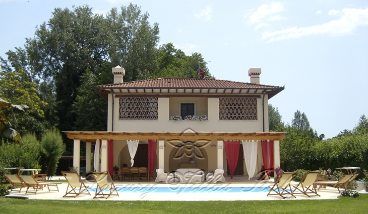 Villa with pool: Outside view
