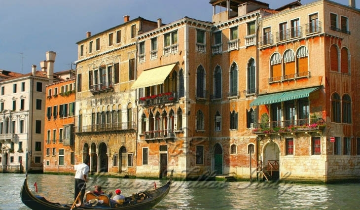 Palace on Canal Grande in Venice: Outside view