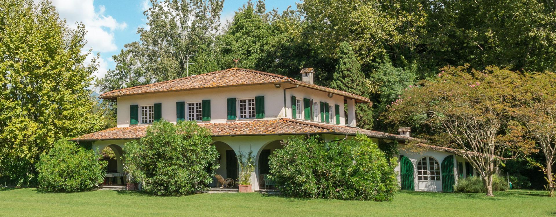 Villa immersa nel verde in vendita a Forte dei Marmi con piscina e grande parco